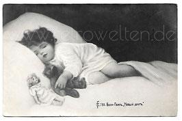 Alte Künstler Postkarte SCHLAFENDES KLEINES KIND MIT TEDDY UND PUPPE, 1911