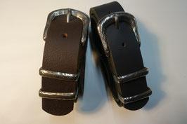 Ledergürtel mit geprägter Schließe - schwarz