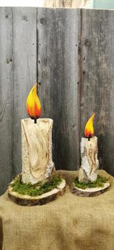 Kerzen aus Holz auf Baumscheibe und Moos