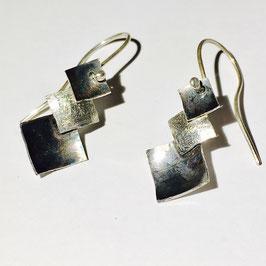 Zilveren oorhangers vierkantjes.