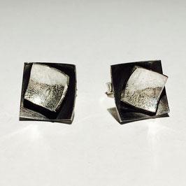 Zilveren vierkante oorstekers.