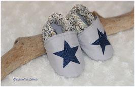 Chaussons bébé molletonnés Liberty Adelajda kaki, gris et ses étoiles pailletées