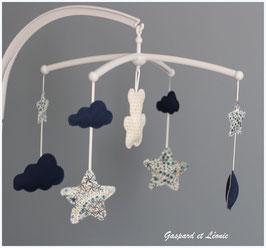 Mobile musical nuages, ourson, étoiles Liberty Adelajda bleu, marine et blanc