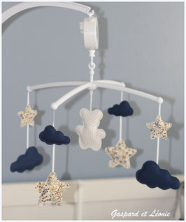 Mobile musical nuages, ourson, étoiles Liberty Adelajda kaki, marine et blanc