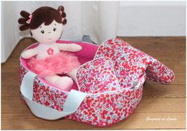 Couffin pour poupée et sa parure de lit coordonnée Liberty Wiltshire rouge et fuchsia