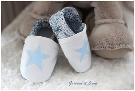 Chaussons bébé molletonnés Liberty Adelajda bleu, blanc, gris  et ses étoiles ciel