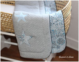 Couverture plaid Liberty Adelajda bleu et Jersey matelassé gris chiné