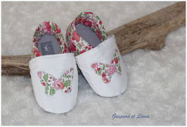 Chaussons bébé molletonnés Liberty d'Anjo rose, gris, blanc et papillons Liberty
