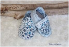 Chaussons bébé molletonnés Liberty Adelajda bleu, bleu ciel et gris