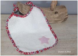 Bavoir en éponge blanche Liberty Wiltshire rouge fuchsia et son étoile