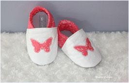 Chaussons bébé molletonnés Liberty Capel corail, blanc cassé et papillons Liberty