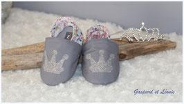 Chaussons bébé molletonnés Liberty Adelajda rose, gris et couronnes pailletées