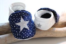 Chaussons bébé molletonnés marine étoilé, velours blanc cassé et étoiles argentées