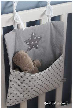 Pochette de rangement pour lits à barreaux blanc et gris étoilés