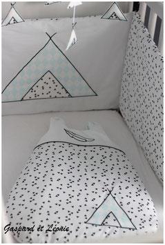*Réservé Romélie* Tour de lit blanc à triangles noirs et tipi vert d'eau