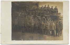 Groepsfoto Duitse soldaten voor & op voertuig