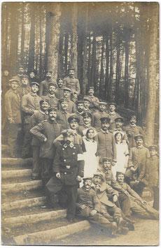 Groepsfoto Duitse soldaten en medisch personeel