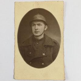 Belgisch soldaat met helm en mantel