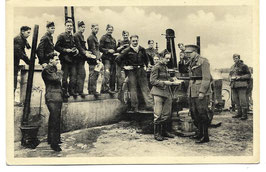 Belgische soldaten en hun officier bij het verdelen van maaltijden