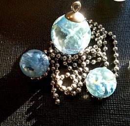 Perle als Kettenanhänger mit Blüten aus Brautstrauß