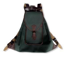 Morral en piel color verde con tapa y bolsillo trasero