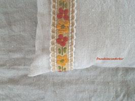 Fräulein Wunderbars Posingkissen, Vintagebordüre, handbestickt, natur/ gelb/ grün/ orange