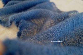 Wunderbar zarter Neugeborenen-Wrap, extralang, mit Häkelrand entlang einer Längsseite, jeansblau (dunkel)