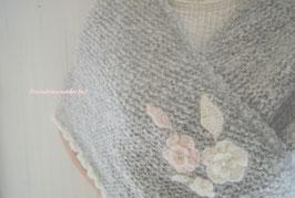 Fräulein Wunderbars wunderbar kuscheliges und leichtes Dreieckstuch, mit Volantrand und Blütenzauberei, (Hellgrau meliert/Cremeweiß/Puderrosa)