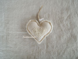 Fräulein Wunderbars Dekoherz, mit handgesticktem Herz, verziert mit Strickgespinst, natur/ wollweiß