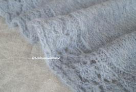 Wunderbar kuscheliger Wrap mit Musterbordüre- filigran wird verkuschelt