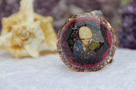Mittlerer Diamant – Landschaftsjaspis, Lapislazuli und Rhyolith mit Blattgold in Kupferdrahtspiralen sowie ein antiksilbernes vierblättriges Kleeblatt mit Grundkristallen und Chalcedon