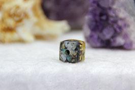 Mittlerer Würfel – extra veredelt – mit doppelter Edelstein-Schicht und einem Metallkern aus blau-violettem Stahl und Messing