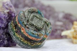 Blüte mit Pyrit und bunter Edelsteinmischung sowie drei Leuchtschichten