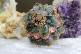 Blüte mit Rosenquarz im Spiralring, Grundkristallsplittern und Moosachat