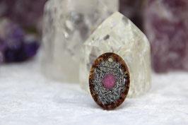 Kettenanhänger Oval (Klein) – Rubin mit Granat im Rand, Blattgold und feinen Grundkristallen auf Zink, sowie Chalcedon mit Grundkristallen auf glänzendem Stahl und Bronzerand