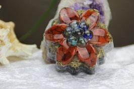 Blüte mit blauer Kristallmischung und Jaspis