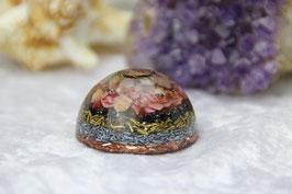 Halbkugel – Bergkristall im Spiralring mit Chrysocollrand und Muschel-Sandkristall-Leuchtschicht