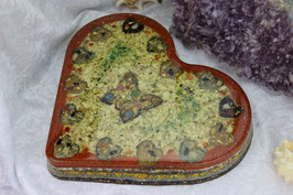 """Große Herzplatte mit Blattgold, einem Schmetterling, 14 Herzchen sowie """"Edelstein-Flügel"""" mit unserer Grundmischung und Chrysocoll auf einer Muschelschicht"""