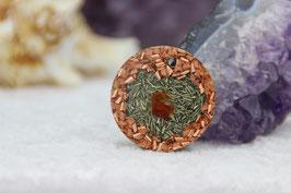 Kettenanhänger Rund (Gross) – Karneol mit Kupferrad und feinen Grundkristallen auf Zink und Messing