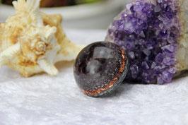 Halbkugel – Granat mit Grundkristallen auf leuchtender Stahlschicht mit Kupfer und Zink