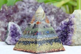 5eckige Pyramide – nubisch 6 cm – Muschelpyramide mit Karneol und bunter Edelsteinmischungen sowie Leuchtgranulat