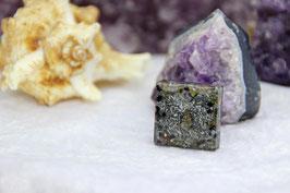 Kettenanhänger Quadrat (Klein) – Muschel mit Kristallrand auf Zink, und Lapislazuli mit blauem Stahlrand
