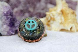 Halbkugel – Peace-Zeichen in Türkis auf bunter Edelsteinmischung mit Sandkristall-Leuchtgranulat