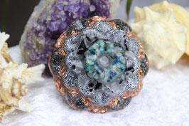 Blüte mit Chrysocoll und Grundkristallen