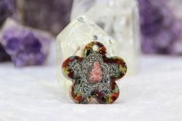 Kettenanhänger Blume – Thulit mit Blattgold und einem Rand aus Rhyolith, Stierauge und Zoisit Rubin, sowie feinen Grundkristallen auf Zink und Kupfer