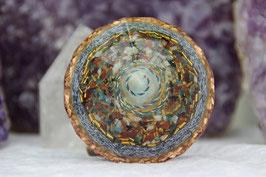 Großer Diamant – Amazonit in Kupferdrahtspule mit Blattgold und bunter Kristallmischung, Leuchteffekt,sowie einem antiksilbernen Baum mit Grundkristallen und Rhyolith und Zoisit Rubin im Rand