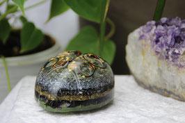 Marienkäfer mit Spiralringen, bunten Edelsteinen und Blattgold