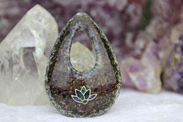 Kettenanhänger Wassertropfen (Gross) – Silberfarbene Lotusblume mit Apatit, Lapislazuli, Chrysocoll und Sodalith, Grundkristallen und einem blauen Kristallrand aus Amazonit und Sodalith