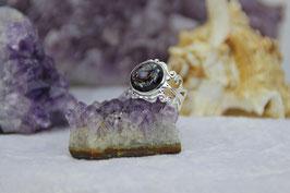 Versilberter Kupfer-Ring – Sugilith im kleinen Kupferspiralring mit Sandkristall-Grundmischung auf Zink und gehärtetem Stahl