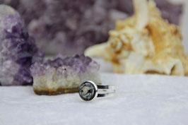 Versilberter Kupfer-Ring – Kleine Muschel mit unserer Sandkristall-Grundmischung auf Zink und gehärtetem Stahl